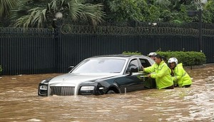 rolls royce ghost submerged in flood in jakarta pakwheels blog. Black Bedroom Furniture Sets. Home Design Ideas