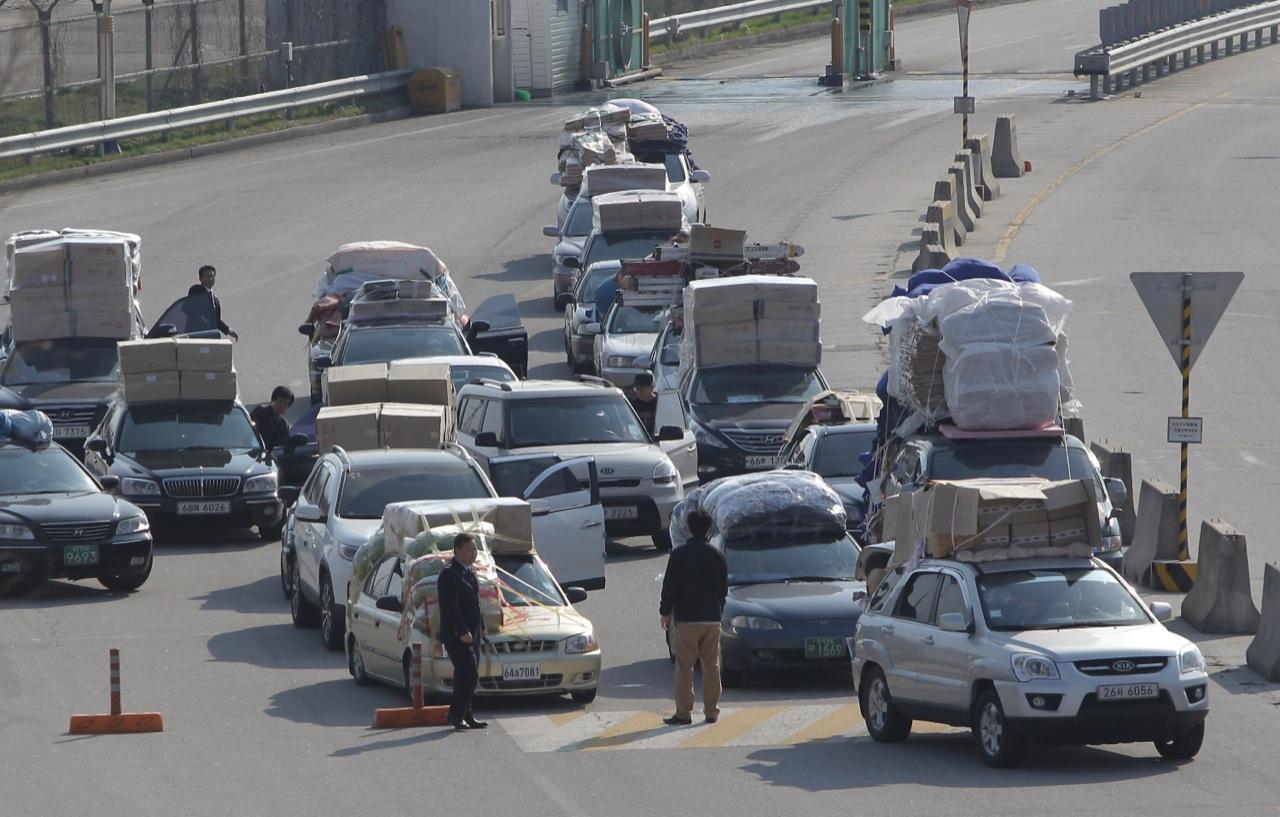 The Overloaded Cars Of South Korean Workers Fleeing North Korea Pakwheels Blog