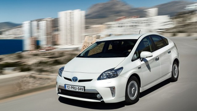 Toyota-Prius_Plug-in_Hybrid_2013_1024x768_wallpaper_01