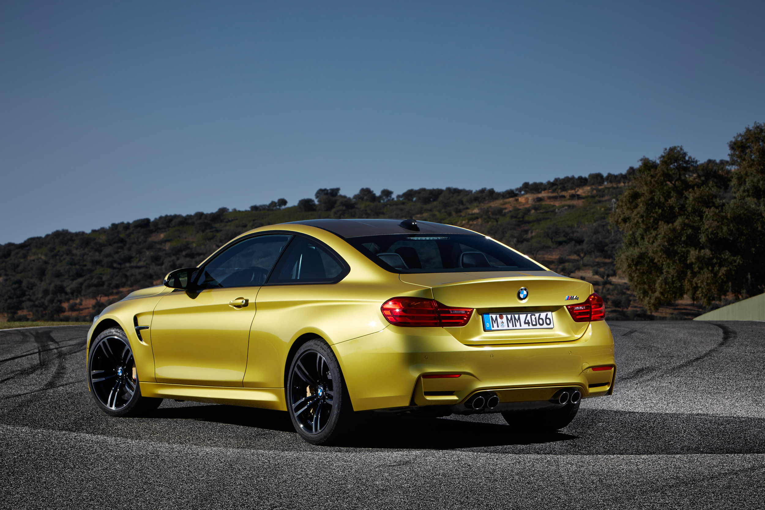 2015-bmw-m4-coupe-003-1