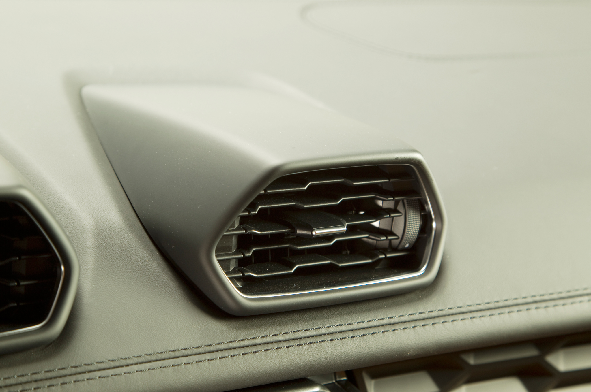 http—image.motortrend.com-f-roadtests-exotic-1312_2015_lamborghini_huracan_first_look-59411456-2015-Lamborghini-Huracan-air-vents