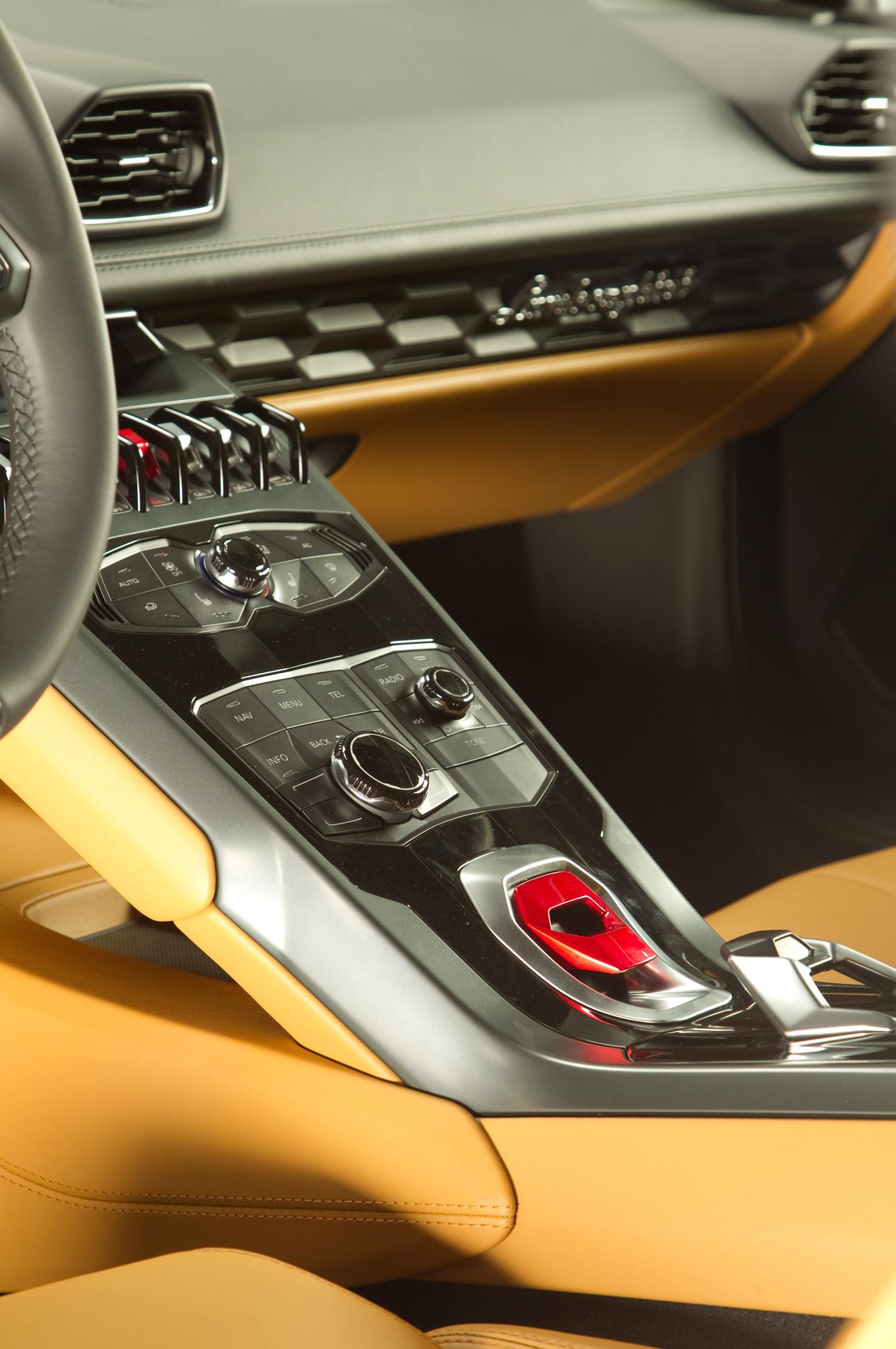 http—image.motortrend.com-f-roadtests-exotic-1312_2015_lamborghini_huracan_first_look-59411591-2015-Lamborghini-Huracan-center-console-03