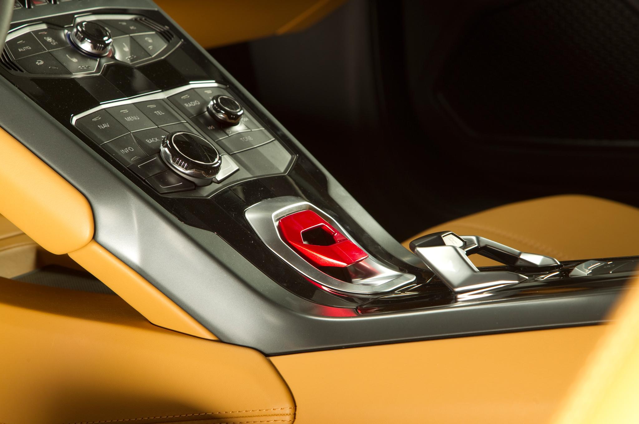 http—image.motortrend.com-f-roadtests-exotic-1312_2015_lamborghini_huracan_first_look-59411600-2015-Lamborghini-Huracan-center-console-04