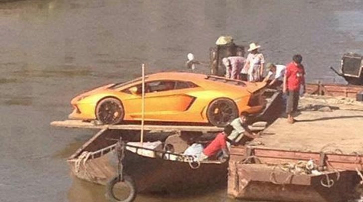 lamborghini-aventador-crosses-river-with-boat-improvisation-73298-7