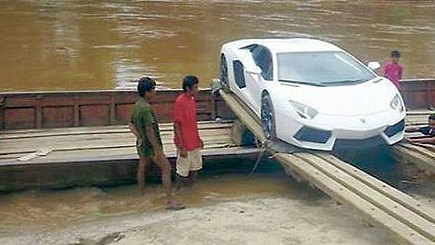 second-lamborghini-aventador-crosses-river-on-a-boat-lamboatini-medium_1