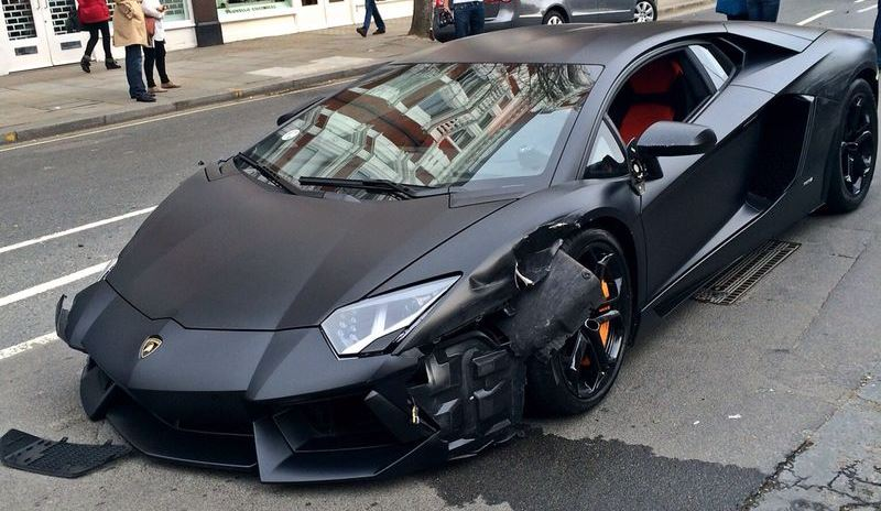 another lamborghini aventador crashes due to sheer stupidity pakwheels blog. Black Bedroom Furniture Sets. Home Design Ideas