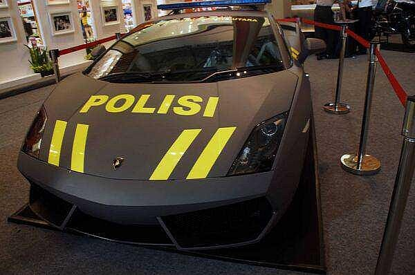 lamborghini-aventador-and-gallardo-become-police-cars-in-indonesia-medium_1