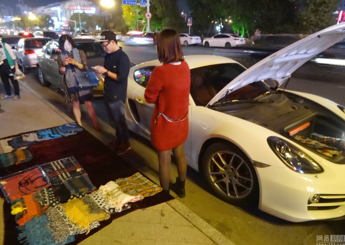 rich-kid-porsche-cayman-owner-sells-scarves-on-the-sidewalk-to-get-gas-money_1