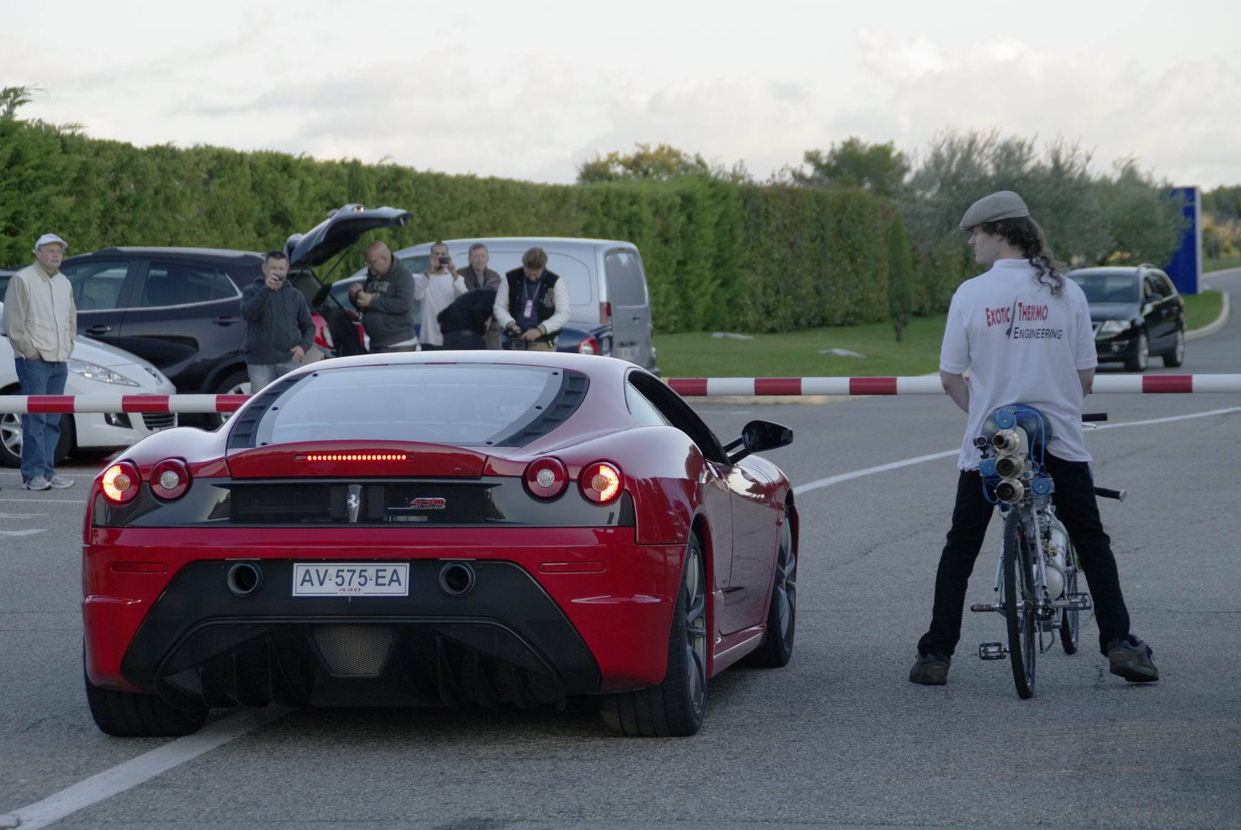 rocket-bicycle-does-333-km-h-murders-ferrari-430-scuderia-videophoto-gallery_2