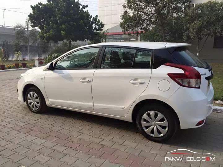 Toyota Vitz 2015 Pakistan (2)