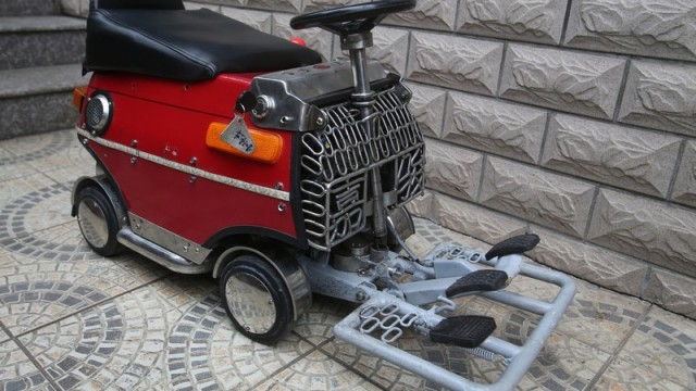 shanghai-man-builds-250-mini-car-comes-with-an-engine-breaks-and-sound-system_2
