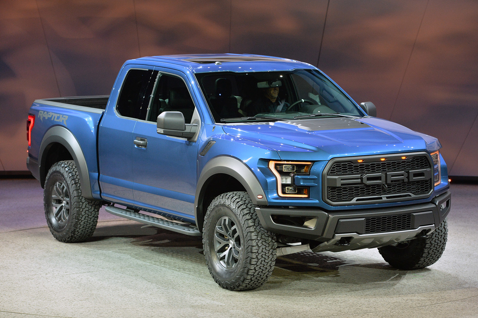 2017 Ford Raptor revealed at the Detroit Auto Show ...