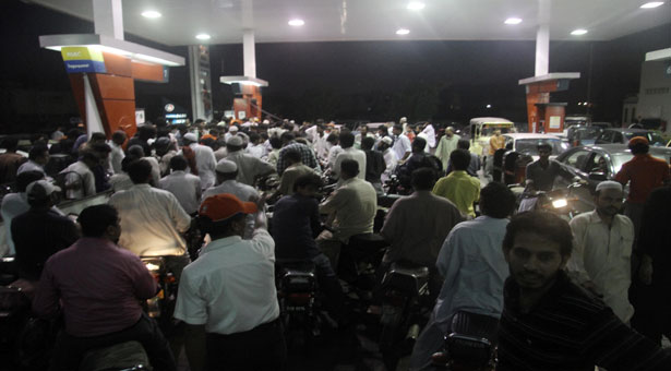 karachi-petrol-pumps-shut-shortage-crisis-shortage_1-19-2015_172372_l