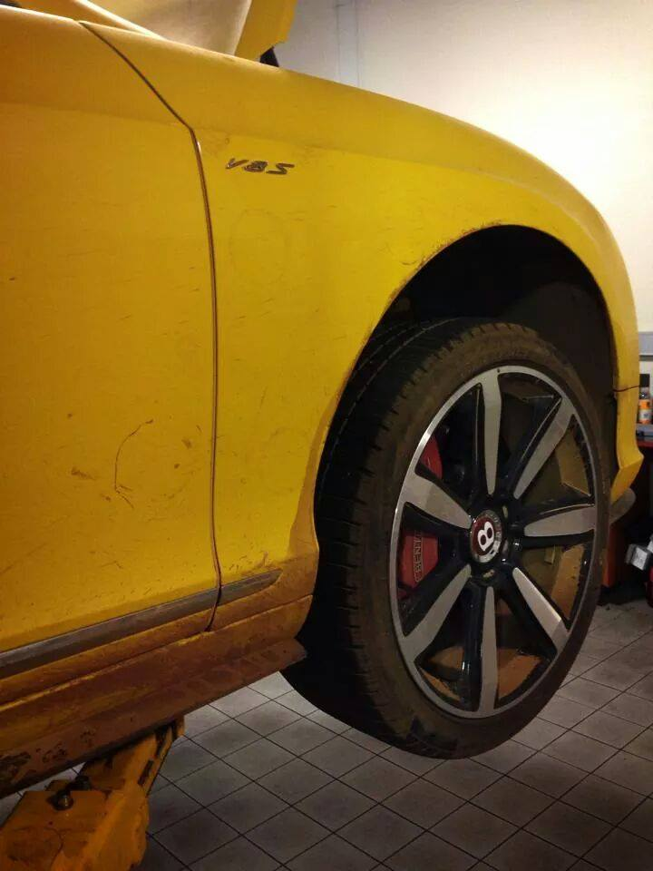 top-gear-seriously-damaged-the-yellow-bentley-gt-v8-s-in-australia_3