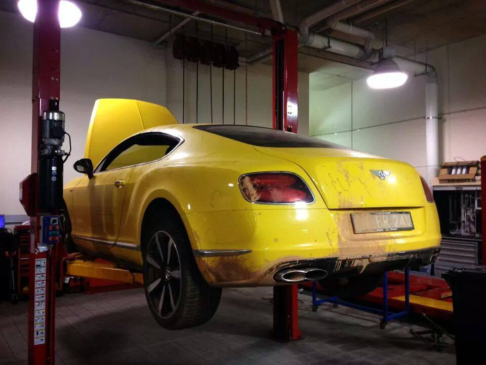 top-gear-seriously-damaged-the-yellow-bentley-gt-v8-s-in-australia_4