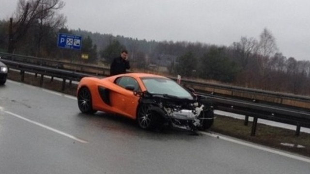 McLaren 650S Hydroplanes And Crashes On Camera - PakWheels Blog