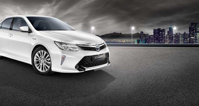 2015-Toyota-Camry-front-quarter-official-image
