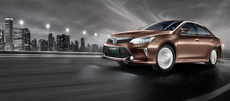 2015-Toyota-Camry-front-three-quarter-official-image