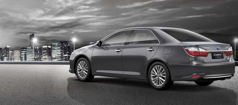 2015-Toyota-Camry-rear-three-quarter-official-image