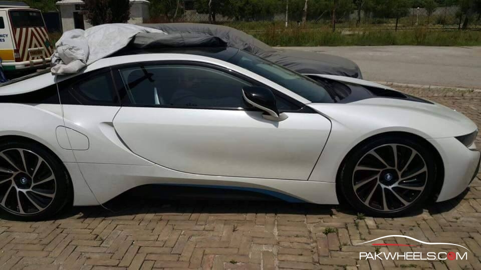 BMW i8 in Pakistan  (6)