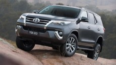 2016-Toyota-Fortuner-front-quarter-revealed-Australian-spec-900x553