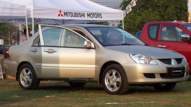 Mitsubishi_Lancer_(Uttaradit,_Thailand)