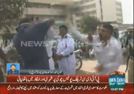 Citizen and traffic wardens come to blows in Karachi's PIDC area (12)