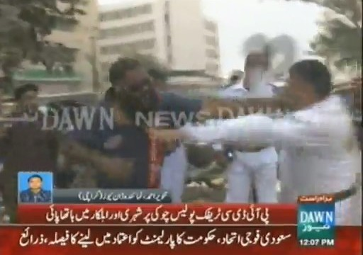 Citizen and traffic wardens come to blows in Karachi's PIDC area (14)