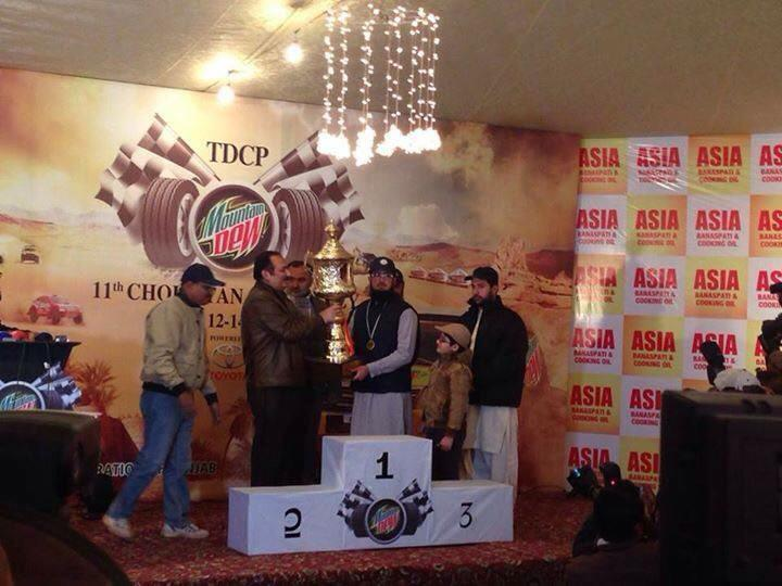 Sahibzada Sultan Muhammad Ali receiving his award from Rana Mashhood Ahmad Khan