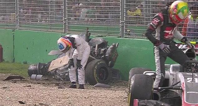 Alonso-Crash-Melbourne-F1-2016-4