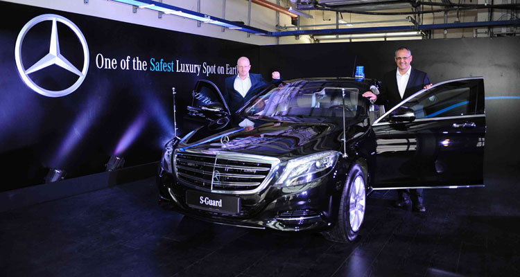 Donald-Trump-Mercedes-Benz-S600-guard