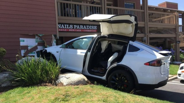 Tesla Model X Crash (5)