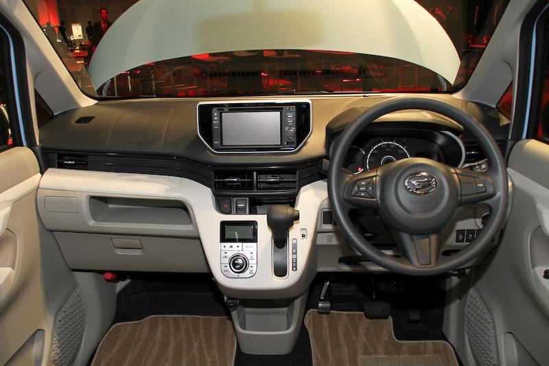 2015-Daihatsu-Move-interior