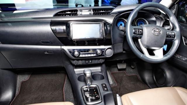 2016-Toyota-Hilux-Revo-Thailand-Interior1