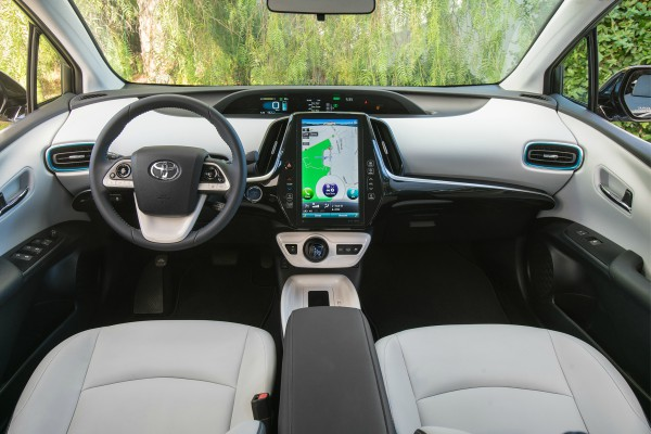 2017-Toyota-Prius-Prime-cabin