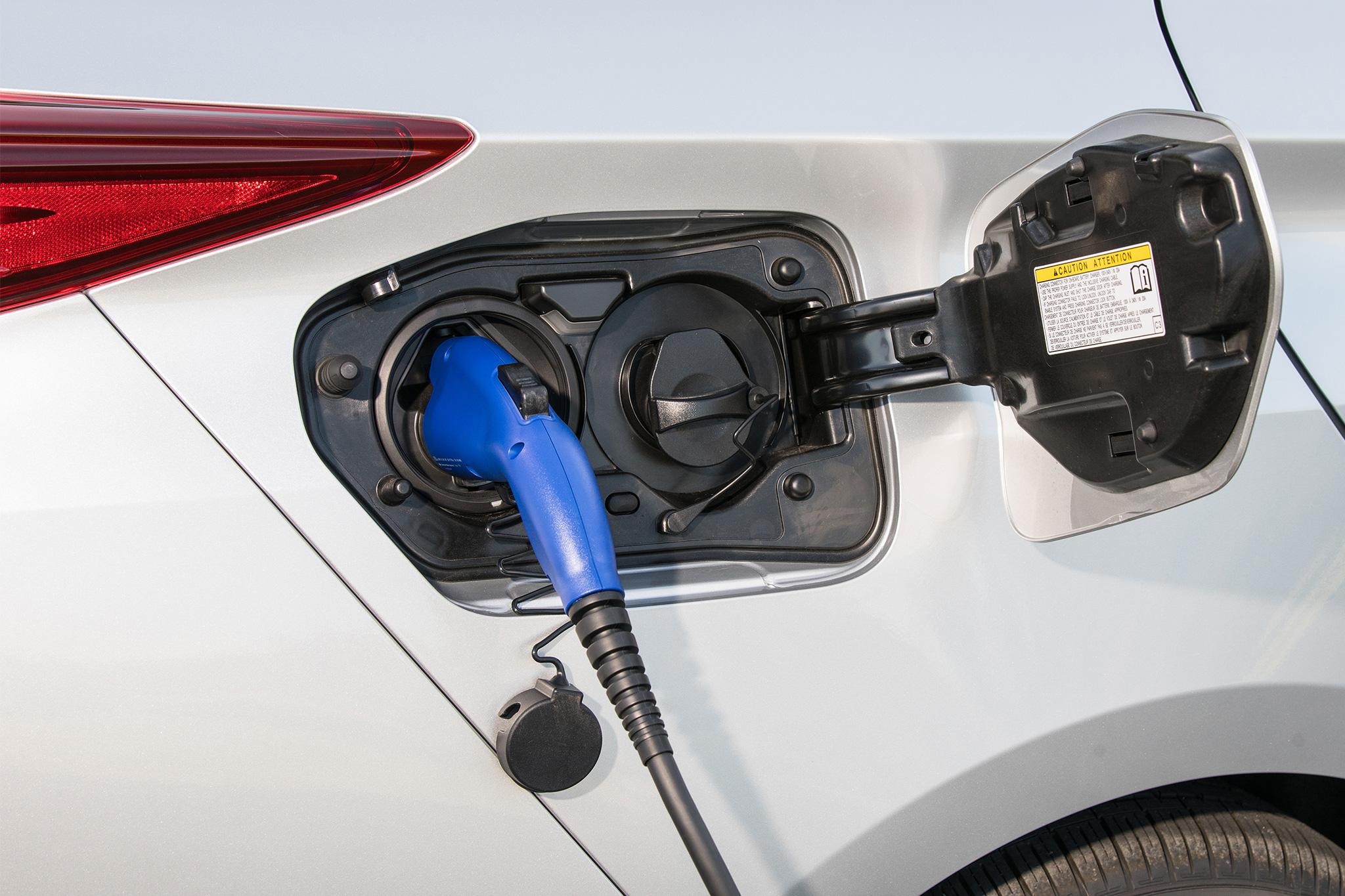 2017-Toyota-Prius-Prime-charging-port
