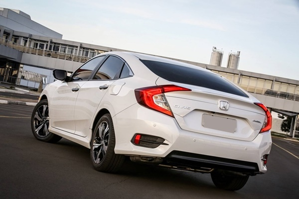 honda-civic-2017-rear
