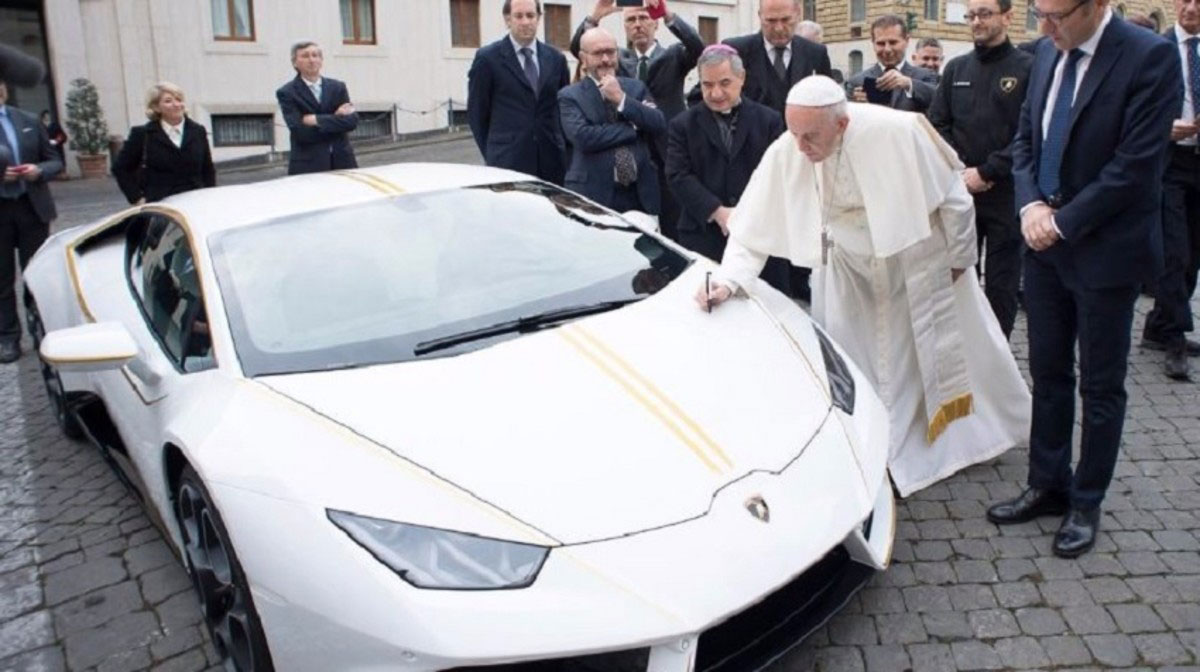 pope-francis-lamborghini-huracan-2