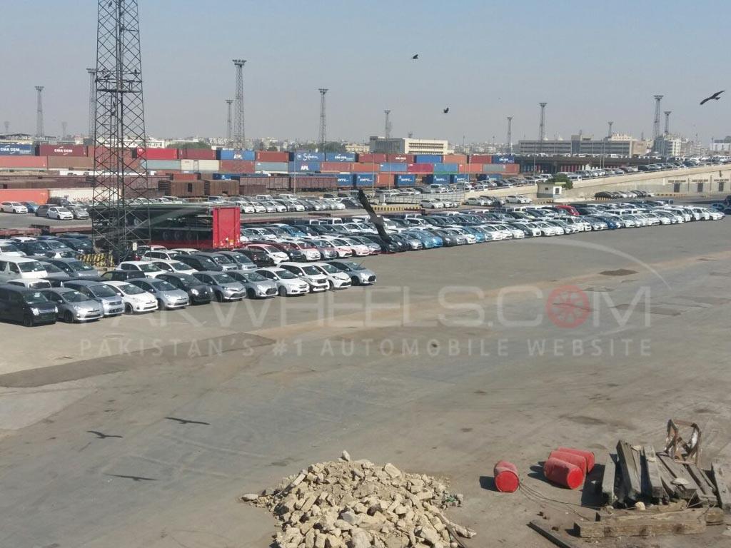 cars stuck at karachi port (2)