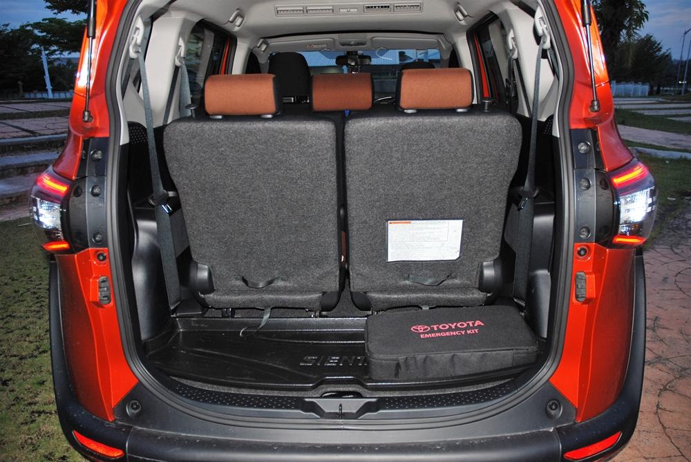 Toyota-Sienta-1.5V-2