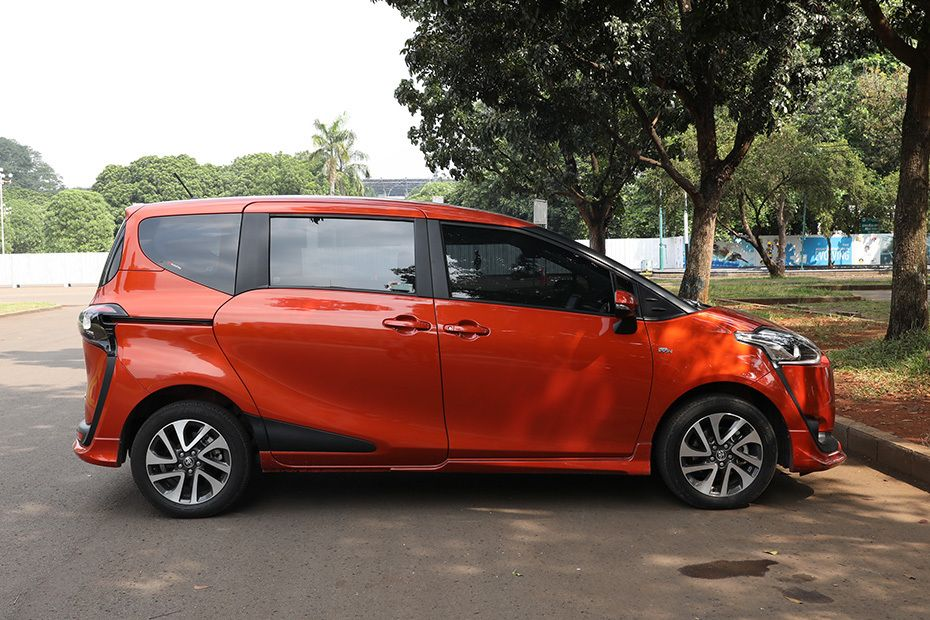 toyota-sienta-drivers-sideview-380086