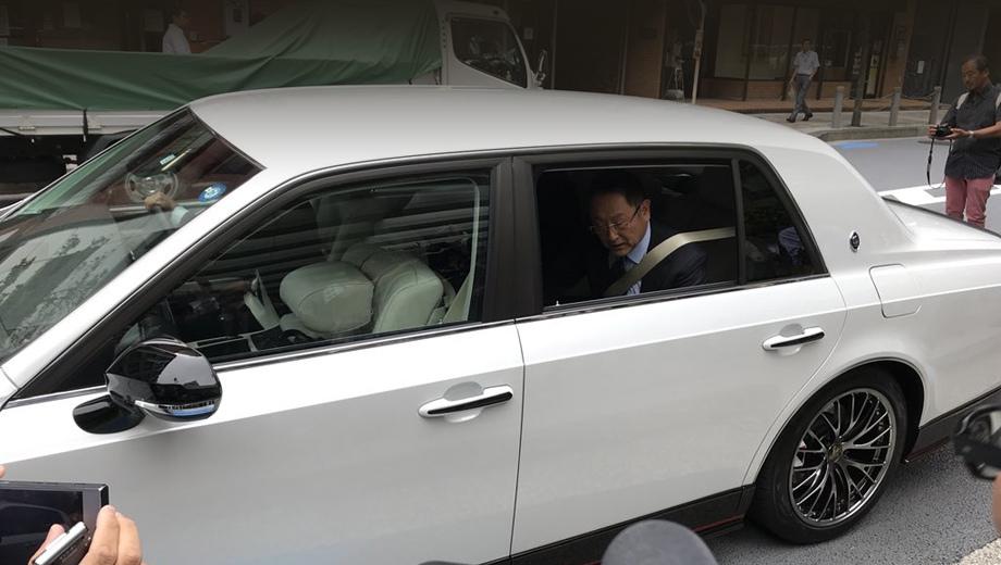 sedan-toyota-century-grmn-amused-unconventional-appearance